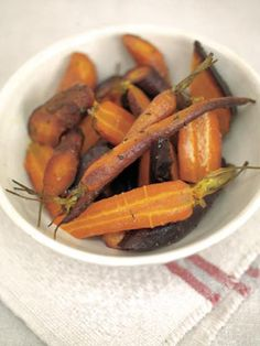 the best whole-baked carrots - Jamie Oliver (UK) Vegan Recipes Easy, Vegetable Recipes, Vegetarian Recipes, Cooking Recipes, Free Recipes, Baked Carrots, Roasted Carrots, Carrots Healthy, Italian Foods