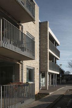 House: brick facade, balcony, aluminum frames. Woning: gemetselde gevel, balkon, aluminium kozijnen