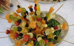 Spiedini di ananas fragole e mele con salsina - In occasione dell' arrivo della stagione primaverile vi proponiamo un piatto saporitissimo a base di frutta colorata e ricca di vitamina C.