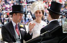 Kate Middleton hizo su primera aparición en el Royal Ascot, evento que cuenta con uno de los códigos de vestimenta más complicados y tradicionales de Reino Unido; y lo hizo perfectamente en un hermoso vestido blanco de encaje.