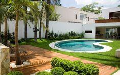 A arquiteta Bia Prado e o paisagista Gilberto Elkis buscaram irreverência no formato curvo da piscina. Foto: Divulgação