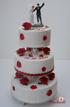 Jennys Backwelt: Hochzeitstorte mit den klassischen roten Rosen