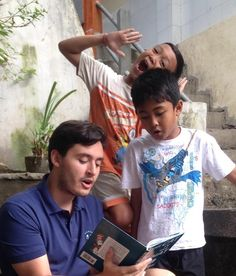 Is listening to our volunteer David reading book so funny ? Haha! Having fun in Program Ubud.