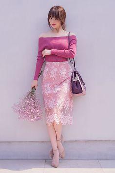 ベリーピンク。それはちょっと青みがあって熟れた果実のようにジューシーな秋の色。ピンクならではの可愛さも残しつつ危うい色気も兼ね備えた大人の色。この秋、一番可愛い、大人の女性のためのベリーピンクを、今幸せいっぱいの佐々木希が着こなします。