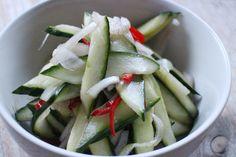 Voor ons is een Aziatisch getint maaltje niet compleet zonder zoetzure komkommersalade. Het is zo gemaakt en ideaal om in een grote pot in de koelkast te bewaren. Verwarm in een sauspannetje de azijn met de suiker en het zout totdat het volledig is opgelost. Halveerde komkommer twee keer in de lengte zodat je vier […]
