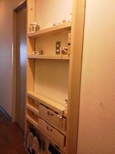 玄関に作ったこちらの棚ディアウォールという中にスプリングが入っていて、2×4材の両端にはめ込んで使うパーツを使ってます天井と床が簡単に突っ張れるので初心者でも…
