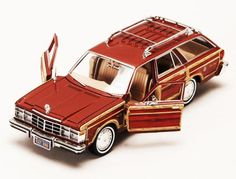 ^^lOOK^^1979 Chrysler LeBaron Town & Country (Showcasts  Die Cast Scale 1:24, Sable Tan DieCast Cars
