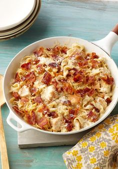 Cheesy Chicken Alfredo Skillet- Want to please a big croud? Try this dish where the creamy salsa alfredo joins skillet chicken and as a final touch, bacon and parmesan on top.