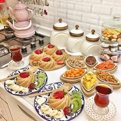 I need this tea kettle Breakfast Presentation, Food Presentation, What's For Breakfast, Breakfast Items, Good Food, Yummy Food, Appetizer Salads, Food Decoration, Food Platters