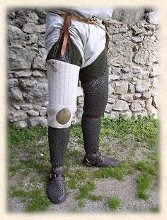 From inside-out: white braies, olive green hose, mail chausses, and finally cuises. Beautiful job of reenactment research, Medieval World, Medieval Fantasy, Sca Armor, Gn, Armadura Medieval, Early Middle Ages, Medieval Weapons, Medieval Clothing, Body Armor