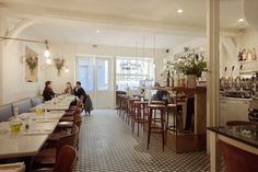 La Petite Table is a stylish yet cosy lunch spot run by business partners, Gianpaolo Polverino & Lorenza Lenzi. French Farmhouse, French Country, Farmhouse Decor, Timeless Design, Table Settings, Table Decorations, Interior, Paris, Inspiration