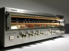 Onkyo TX 4500 MKII Stereo Receiver - 1977 - The first stereo receiver with quartz-synchronization for the FM band. Even the previous TX-4500 was a successful ONKYO upper middle class. Here the design has been optimized. For the display scale real thick glass is used. An expression of timeless elegance, in my opinion. A heavy receiver with high power for 3 pairs of speakers. 65 watt per channel.