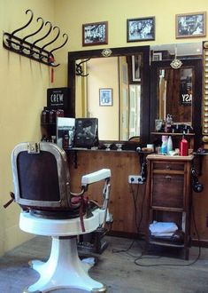 La Barbería de San Bernardo en Madrid: Cuídate la barba como en los tiempos de antaño | DolceCity.com Barber Shop Interior, Barber Shop Decor, Salon Interior Design, Tony Barber, Barbershop Design, Home Salon, Barber Chair, San Bernardo, Home Projects