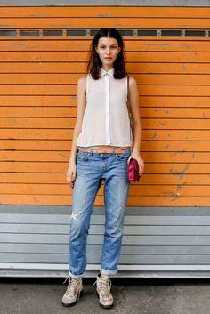 Masculina  Uno de nuestros looks preferidos. La modelo lleva boyfriend's jeans recogidos en los tobillos combinados con una blusa de gasa muy femenina para compensar el estilismo. ¡Perfecta!