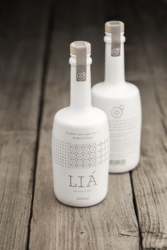 Brand and packaging design for LIA extra virgin olive oil producing company. The logo refers to the traditional way and means used to produce olive oil. Multiplying the logo creates a pattern, Olive Oil Packaging, Bottle Packaging, Pretty Packaging, Brand Packaging, Design Packaging, Label Design, Web Design, Package Design, Design Da Garrafa
