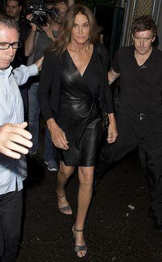 Street style de Caitlyn Jenner com vestido de couro preto.
