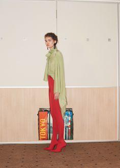 Balenciaga Resort 2018 Fashion Show Collection Fashion Week, New Fashion, Runway Fashion, Fashion Brands, Fashion Outfits, Womens Fashion, Balenciaga, Fashion Show Collection, Vogue Paris
