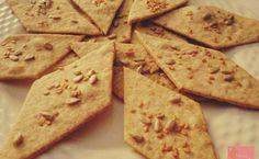 La ricetta dei buonissimi e leggerissimi crackers integrali da fare in casa Ottimi per accompagnare un antipasto, da mangiare a colazione con dello yogurt oppure a merenda con un po' di marmellata o frutta, questi crackers possono perfettamente sostituire il pane e conquiste #alimentazione #ricettelight #salute