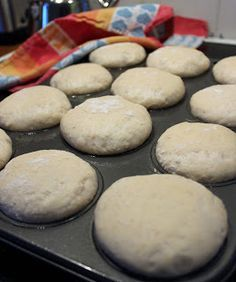"""""""Helpot kauraiset muffinisämpylät aamu- tai iltateelle! Ja mikä ihaninta, näitä sämpylöitä ei tarvitse pyöritellä!"""" Kauraiset muffi... Savory Pastry, Daily Bread, Sweet And Salty, Recipe Box, Baked Goods, Baking Recipes, Muffins, Scones, Goodies"""