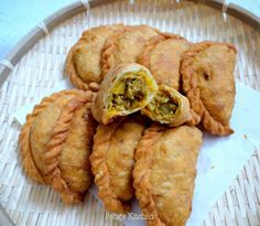 Special request from my boy again.his favourite Curry Puffs! Therefore I took this opportunity to test out another recipe :) This time ro. Pastry Recipes, Cooking Recipes, Savoury Recipes, Chicken And Potato Curry, Tapas, Chicken Puffs, Butter Chicken, Asian Snacks, Asian Desserts