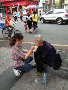 90 後正妹給街頭乞討殘疾老人餵飯