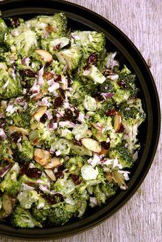 Brokkoli slaw - en vanvittig god salat - crispy, saftig og utmerket grill tilbehør. For denne og andre gode salatoppskrifter besøk bloggen Mat på Bordet.
