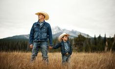 are you kidding me, cutest thing ive ever seen! :) Western Family Photos, Fall Family Photos, Family Pictures, Western Baby Pictures, Cowboy Photography, Photography Poses, Country Family Photography, Father Son Photography, Children Photography