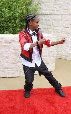 """Na semana passada eu e a Cris assistimos Will Smith e família no programa da Oprah. Eles estavam promovendo o filme do Jaden, o filho de jaqueta vermelha nos fotos, """"The Karate Kid"""". Nós só falávamos de como a família deles era linda, pais e filhos lindos, todos estavam com roupas normais no programa… E …"""