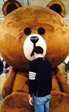 Sehun and his big brown bear chingu Kaisoo, Chanbaek, Kyungsoo, Korean Boy, Kim Minseok, Avatar Couple, Line Friends, Friends Cafe, Lee Jong Suk