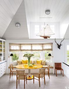 A Southampton Beach House Gets a Makeover by David Netto and David Hot - Architectural Digest Architectural Digest, Southampton Beach, Breakfast Nook Bench, Deco Cool, Style Deco, Dining Nook, Nook Table, Table Bench, Bench Seat