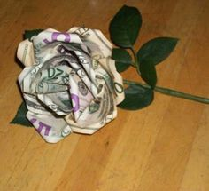 DIY Money Rose Tutorial, photo by Kylyssa Shay Money Origami, Money Lei, Gift Money, Origami Paper, Dollar Origami, Craft Gifts, Diy Gifts, Rose En Argent, Don D'argent