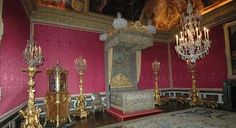 Image from http://www.paris-architecture.info/043-Versailles_bedroom.jpg.