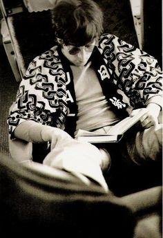 John Lennon leyendo