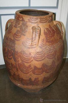 $1680€ Antiguedades en Zaragoza: Antigua tinaja aragonesa del siglo XVI, con cuatro asas. De barro cocido. En perfecto estado de conservación. Medidas: 78cm de altura X 56cm de diámetro.