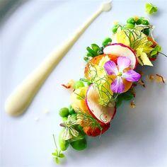 Nuevos vieiras Zelanda, guisantes de primavera, puré de alcachofa de Jerusalén, jalea verjus y miga panceta.