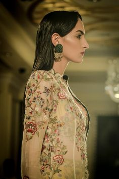 In its journey, Anamika Khanna's Couture 2016 collection experiences moments when time stands still. Indian Bridal Lehenga, Pakistani Bridal Dresses, Indian Bridal Wear, Indian Wedding Outfits, Pakistani Outfits, Indian Dresses, Indian Outfits, Indian Wear, New Lehenga Design