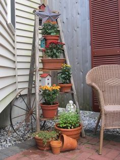 Design Your Dream Backyard With These Incredible 32 DIY Landscaping Projects I have a few old step ladders and clay pots😊 Garden Yard Ideas, Diy Garden, Lawn And Garden, Garden Projects, Diy Projects, Garden Ladder, Old Ladder, Vintage Ladder, Pot Jardin