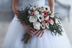 """Букет """"растрепыш"""" из красных и белых анемонов, белых с розовыми вкраплениями пионов, фрезии и листьями оливы"""