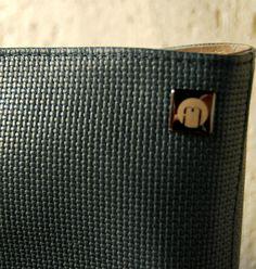 Detalhe maxi bolsa em couro estampa micro tressê na cor petróleo. Mab Store - www.mabstore.com.br.