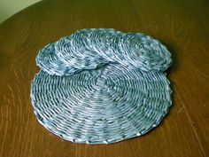 Podkładki stołowe z papierowej wikliny. https://www.facebook.com/recykling.artystyczny