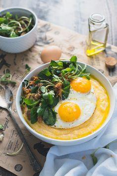 Feldsalat mit Polenta und Ei