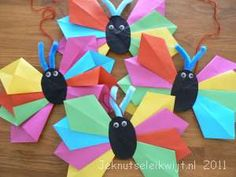 Vlinder mobiel knutselen Spring Crafts For Kids, Diy For Kids, Homemade Crafts, Diy Crafts, Arts And Crafts, Paper Crafts, Origami Folding, Craft Projects, Craft Ideas