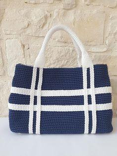Blue and white handbag // Woman bag // Day bag // Bor .- Borsa a mano blu e bianco// Borsa donna// Borsa giorno// Borsa Blue and white handbag // Woman bag // Day bag // Bag - Crochet Tote, Crochet Handbags, Crochet Purses, Bead Crochet, Macrame Bag, White Handbag, Tote Pattern, How To Make Handbags, Day Bag