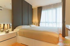 ห้องนอนที่มีการตกแต่งด้วยม่านจีบโทนสีน้ำตาลเทา @ The President สาทร-ราชพฤกษ์