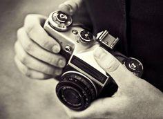 """Il significato della parola fotografia è """"disegno ottenuto con la luce"""". In effetti se ci pensi, per fotografare ossia imprimere un'immagine sulla pellicola o sul sensore elettronico, si sfrutta la luce che viene riflessa dai vari oggetti..."""