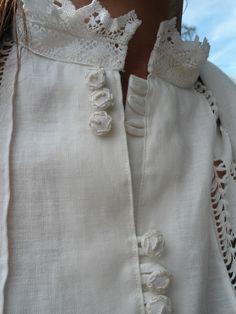 Camisa de lino con puntilla de bolillos, lorzas y vainica con dibujo realizada a mano y botones bordados. #MagdalaTallerTextil #camisa #lino #vainica #lorzas #bordadoamano #liño #shirt #linen #hemstitch #handmade