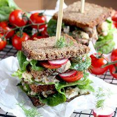 Dziś razem z @sekonafalismaku  zapraszam Was na wypasioną ucztę! 🥐 Przygotowałam dla Was #przepisnablogu na pyszne i mega sycące piętrowe #kanapki 🥐 Świeżo i pysznie! Idealne do zabrania na piknik za miasto! Sprobujcie! 🥐 . #kanapka #sandwichs #sandwiche #kanapkazrybą #sandwichlover #nafalismaku #recipeideas #breakfastidea #veggiesforbreakfast Sandwiches, Iphone, Food, Roll Up Sandwiches, Meal, Essen, Hoods, Paninis, Meals