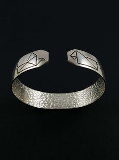 Bracelet « Les chiens ne font pas des mouettes » en argent massif fabriqué à la main en France. France, Diamond, Bracelets, Jewelry, Gull, Hand Made, Dogs, Jewerly, Jewlery