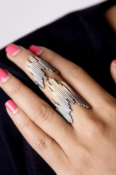 Double Gradient Ring. Staggered geometric double-ring connected by a chain to be worn on two knuckles.