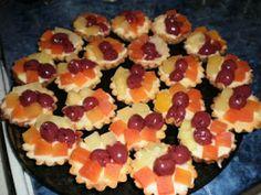 Reteta de acasa: Mini tarte cu fructe Mickey Party, Sweets Recipes, Fruit Salad, Biscuits, Cooking, Foods, Cakes, Pie, Crack Crackers